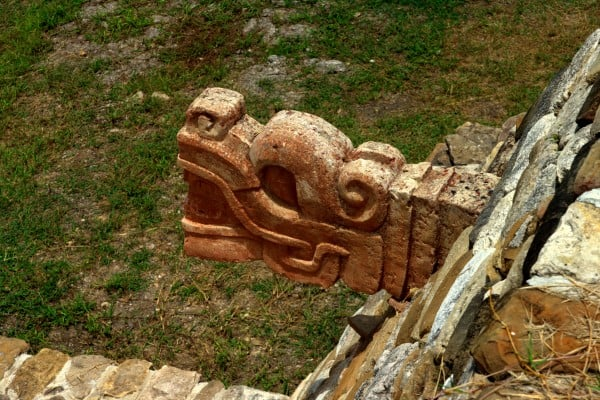 Schlangenkopf am Maya-Ballspielplatz in Tonina, Chiapas, Mexiko