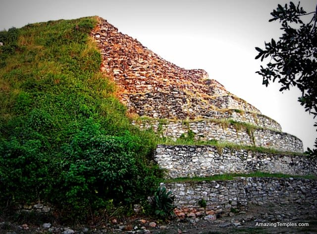 Izamal - Kinich Kak Moo - rounded corners of the top level pyramid