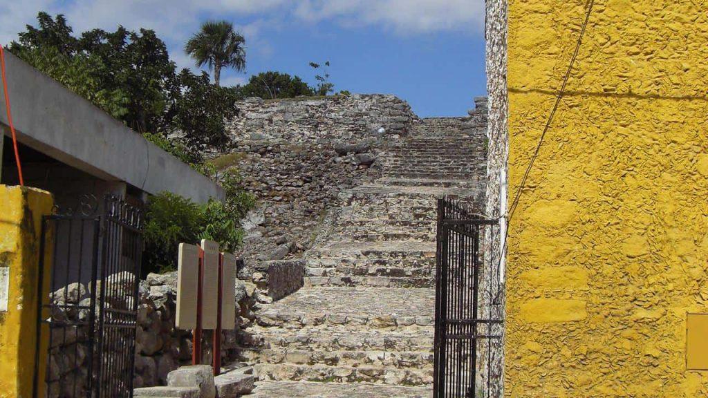 Eingang und Haupttreppe - Kinich Kak Moo - Izamal
