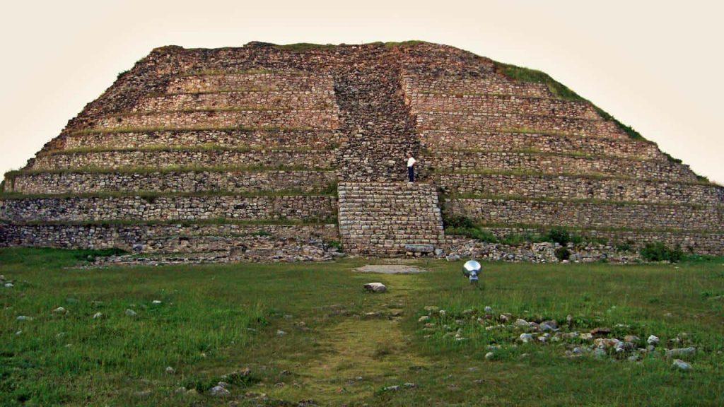 Kinich Kak Moo - Auf der Pyramide - eine weitere zehnstufige Tempelpyrmide in Izamal