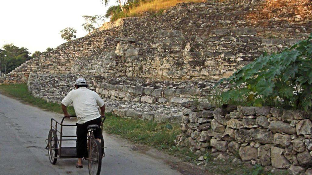 Kinich Kak Moo - Izamal - Blick entlang der Pyramide - im Hintergrund eine Seitentreppe