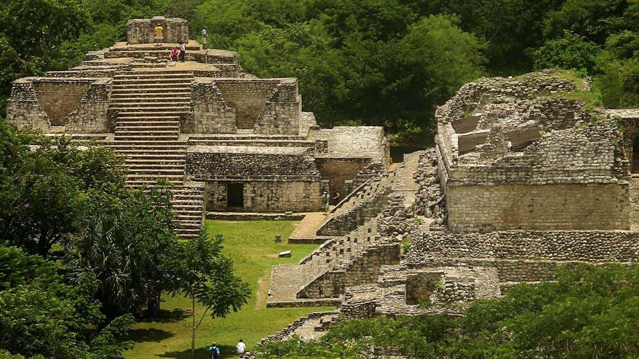 Blick von der grossen Pyramide auf den ovalen Palast in Ek Balam