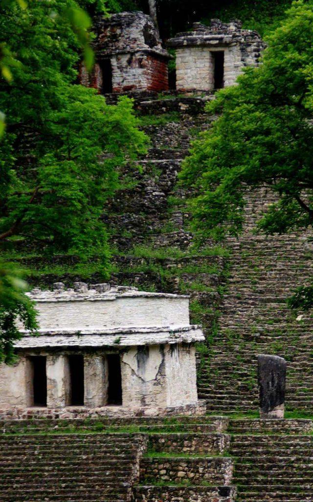 Bonampak - Blick auf die Hapttreppe mit Stele und Tempeln