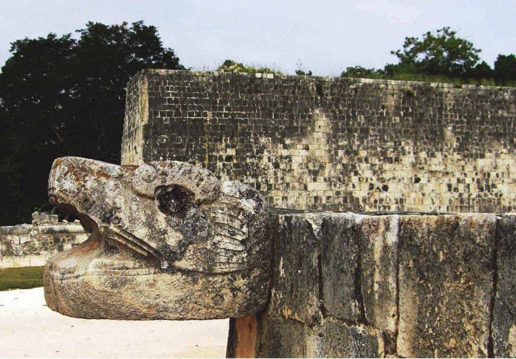Steinerner Schlangenkopf am Ballspielplatz in Chichén Itzá