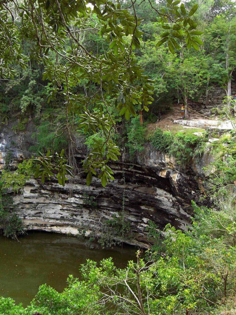 Blick in die Cenote Sagrado in Chichén Itzá