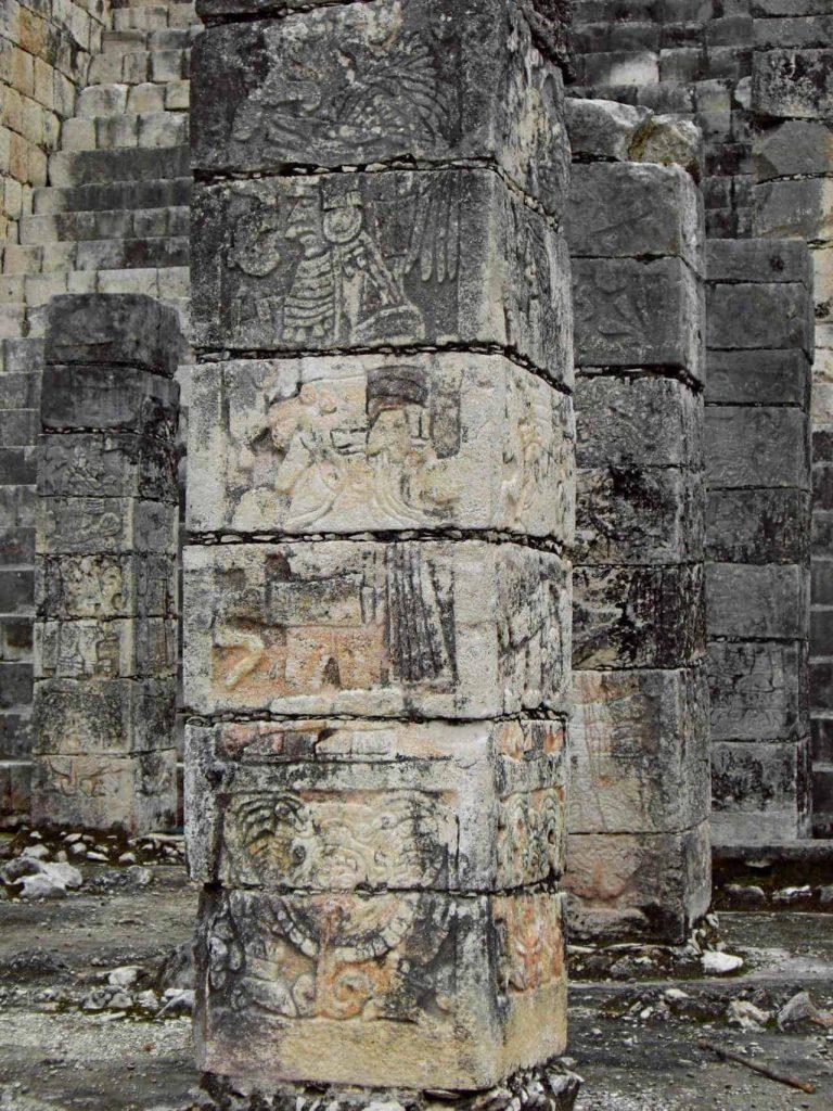 Eine Säule vom Kriegertempel in Chichen Itza