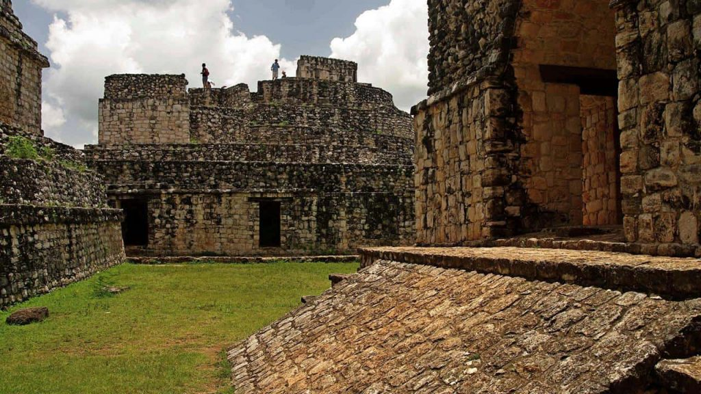 El Arco und der ovale Tempel - Ek Balam
