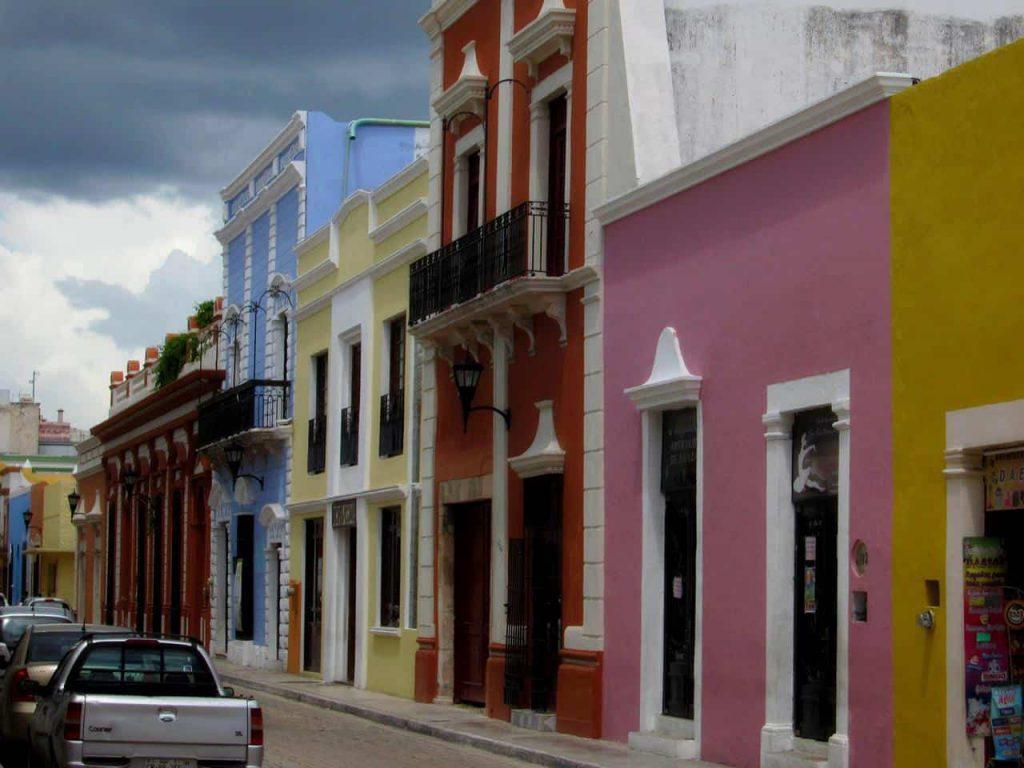 Farbenfrohe Häuserfassade in Campeche