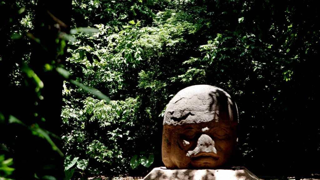 Olmekischer Steinkopf im La Venta Museum Park in Villahermosa
