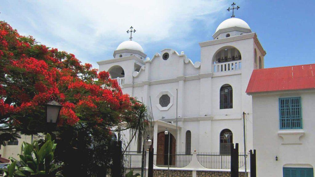 Kirche in Flores mit Flammenbaum - Flamboyant