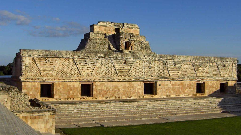 Nonnenquadrat in Uxmal, im Hintergrund die Pyramide des Zauberers