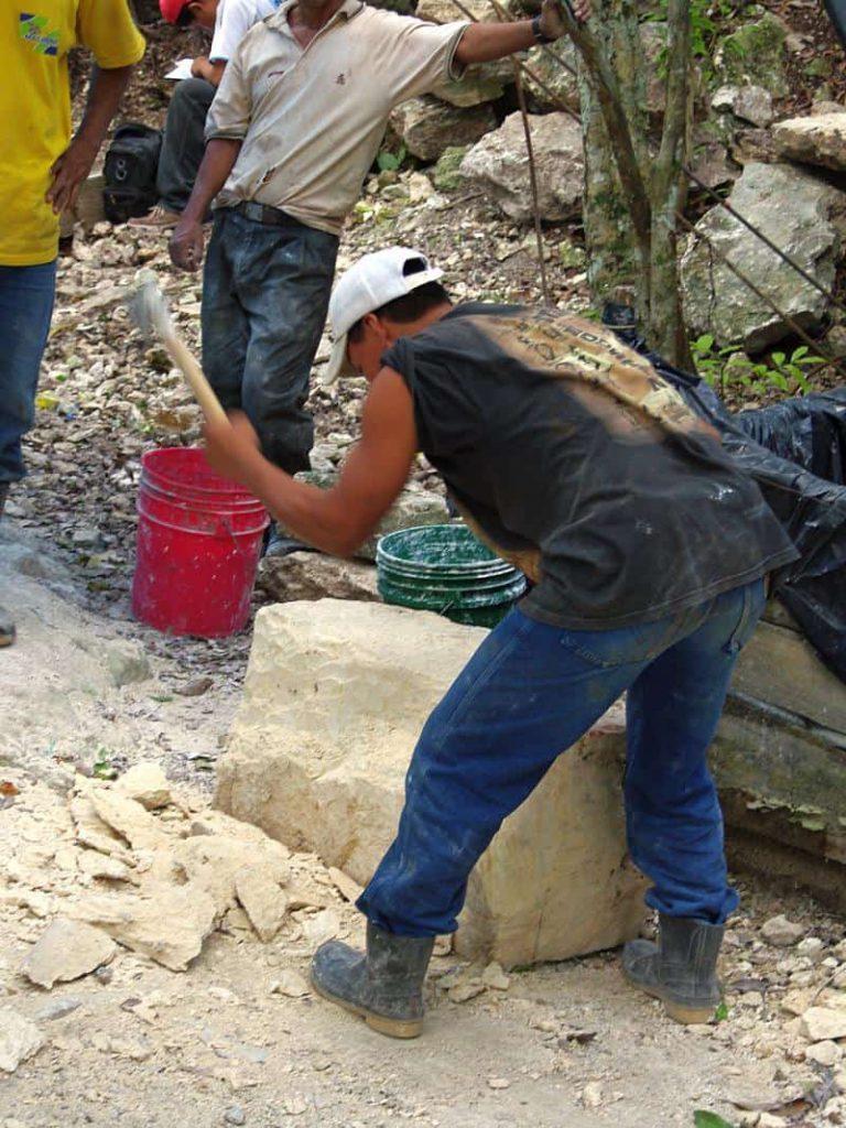 Vorbereitung eines Kalksteins für die Restaurierung durch einen Arbeiter auf La Danta in El Mirador