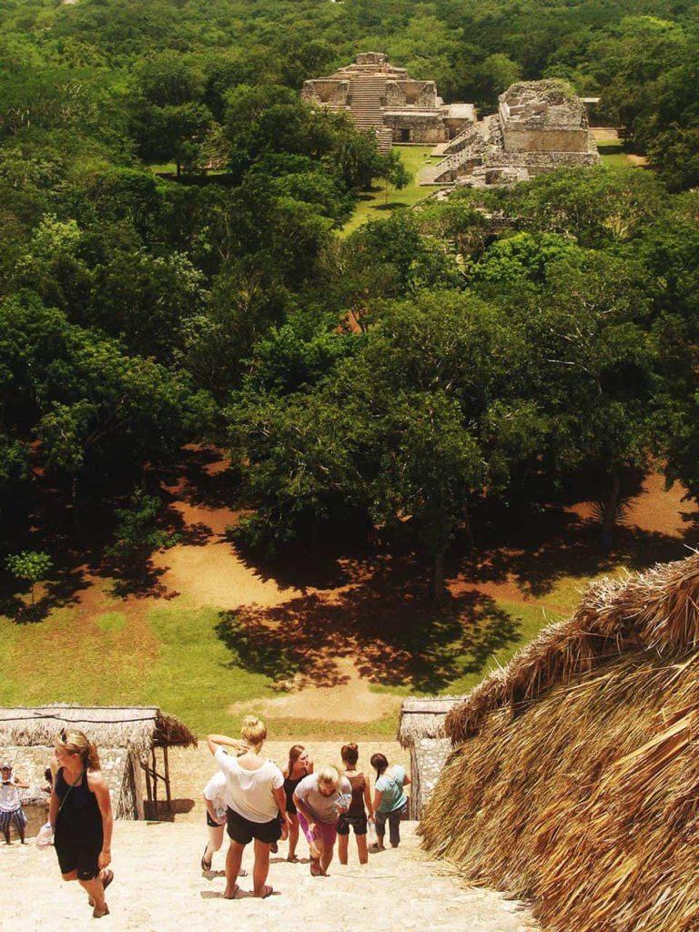 Schwindelerregende Höhe - Blick von der grossen Akropolis in Ek Balam