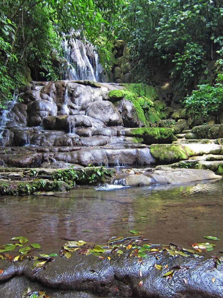 Wasserfall am unteren Ausgang von Palenque