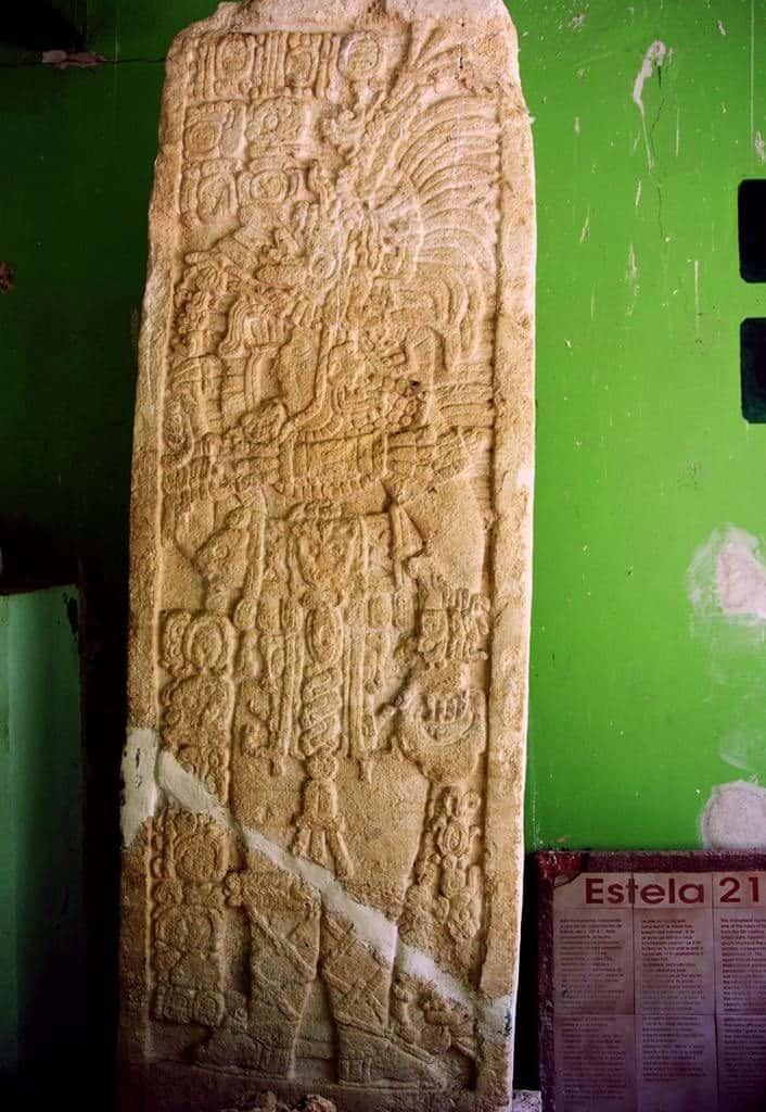 Stele 21 - Edzna - Die Stele aus dem 8. Jahrhundert zeigt einen der Herrscher von Edzná. Das Datum in der linken oberen Ecke der Stele benennt das Datum 17. September 726